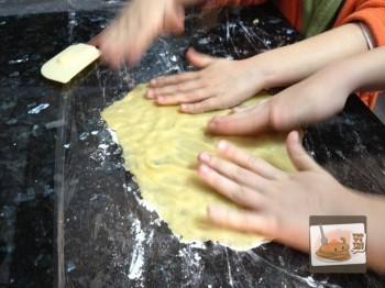 Recetas de galletas. Paliza de las niñas a la mezcla.