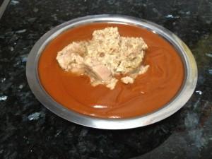 Pastel Vegetal. Mezclando el tomate y el atún.