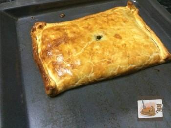 Empanada Atún Espinacas. Dorada y recién sacada del horno.