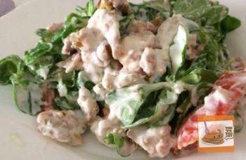 Ensalada de canónigos, pollo y nueces con vinagreta de yogur