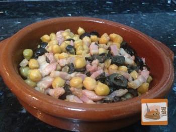 Guarnición de Garbanzos, aceitunas y bacon