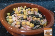 Guarnición de garbanzos aceitunas y bacon