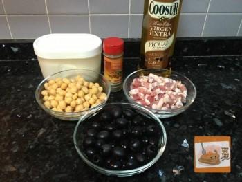 Guarnición de garbanzos con aceitunas y bacon. Ingredientes
